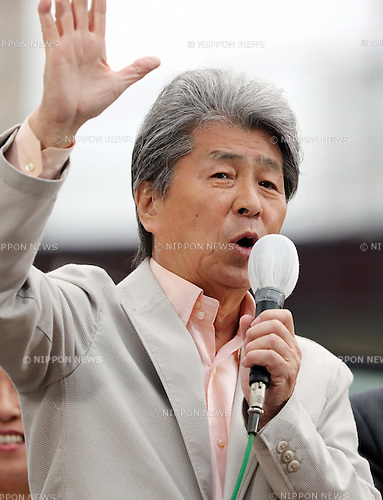 July 22, 2016, Tokyo, Japan - Shuntaro Torigoe (C), a candidate for the Tokyo gubernatorial election gestures as he delivers a campaign speech in Tokyo on Friday, July 22, 2016. Tokyo gubernatorial election will be held on July 31.     (Photo by Yoshio Tsunoda/AFLO) LWX -ytd-
