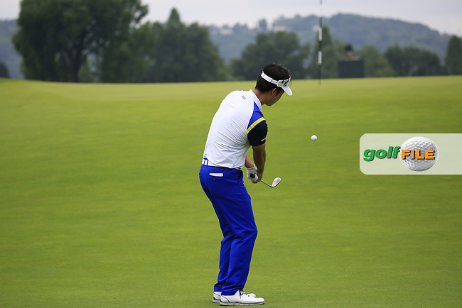 Kevin Na (USA) chips onto the 3rd green during Friday's Round 1 of the 2016 U.S. Open Championship held at Oakmont Country Club, Oakmont, Pittsburgh, Pennsylvania, United States of America. 17th June 2016.<br /> Picture: Eoin Clarke | Golffile<br /> <br /> <br /> All photos usage must carry mandatory copyright credit (&copy; Golffile | Eoin Clarke)