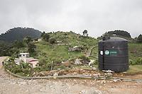 Llano de San Francisco, Pinal de Amoles. Quer&eacute;taro. 20 de Junio de 2015.- A menos un a&ntilde;o despu&eacute;s, la CEA puso en marcha el sistema de agua potable en la comunidad de Llano de San Francisco. Aunque el sistema de recepci&oacute;n de un tanque superficial de agua potable con capacidad de 50 metros c&uacute;bicos ya estaba construido, fue hasta esta semana que empez&oacute; a funcionar. As&iacute; lo indicaron pobladores de la comunidad.<br /> <br /> Los habitantes de este poblado de no m&aacute;s de un kil&oacute;metro de largo, fueron v&iacute;ctimas de una intoxicaci&oacute;n apenas hace un mes por tomar agua con ars&eacute;nico extra&iacute;da de un manantial cercano a una mina; a la que se le atribuye la filtraci&oacute;n del qu&iacute;mico. De acuerdo al bolet&iacute;n de prensa emitido por las autoridades estatales, 120 personas resultaron afectadas. Las intoxicaciones crearon diversos problemas que difer&iacute;an entre las personas; desde problemas en la piel hasta problemas gastrointestinales. Al d&iacute;a de hoy todav&iacute;a hay personas con los estragos de la intoxicaci&oacute;n como problemas en la piel que se manifiestan como peque&ntilde;as &aacute;mpulas, descamaci&oacute;n y ardor. Las autoridades han distribuido a los pacientes de acuerdo al malestar, cremas, pastillas, ung&uuml;entos y citas para seguimiento en la cl&iacute;nica del municipio de Jalpan <br /> <br /> Foto: Demian Ch&aacute;vez / Obture.