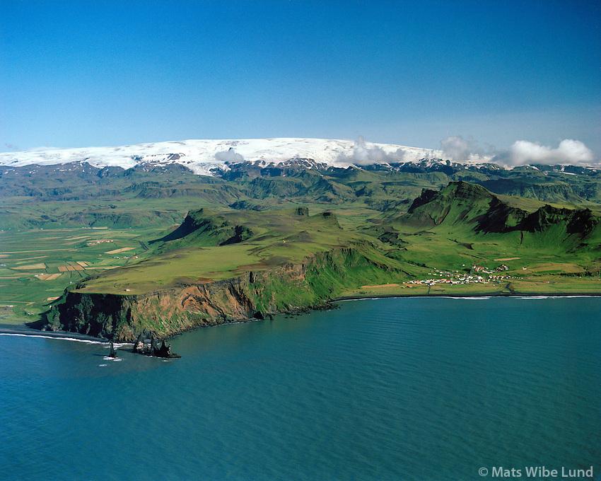 Vík í Mýrdal séð til norðurs, Mýrdalsjökull í baksýni. Mýrdalshreppur / Vik i Myrdal viewing north, Myrdalsjokull glacier in background, Myrdalshreppur.