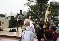 OSASCO,SP - 02.11.20.14 -  FINADOS/MOVIMENTAÇÃO/CEMITÉRIO/OSASCO- Foi celebrada nesta manhã de domingos de Finados(02) uma Missa campal no cemitério da Bela Vista no bairro da Bela Vista em Osasco Grande São Paulo, após a Missa houve a benção nos tumulos feitas pelo Monsenhor Claudemir. ( Foto: Aloisio Mauricio / Brazil Photo Press )