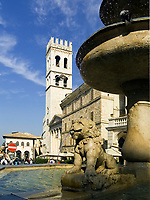 ITA, Italien, Umbrien, Assisi: Piazza del Comune mit Brunnen, Minverva-Tempel, Palazzo del Capitano del Popolo und Torre del Popolo | ITA, Italy, Umbria, Assisi: Piazza del Comune with fountain, Minerva-Temple, Palazzo del Capitano del Popolo and tower Torre del Popolo