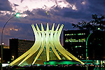 Vista noturna da Catedral de Brasília. 2001. Foto de Juca Martins.