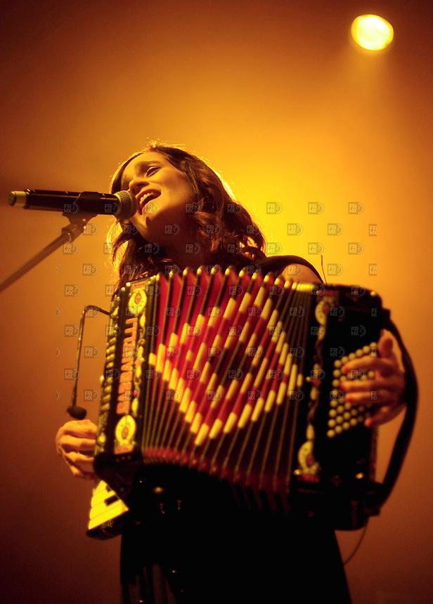 CIUDAD DE M&Eacute;XICO, septiembre 06, 2013 (Xinhua). La cantante mexicana Julieta Venegas, participa durante su concierto en el Plaza Condesa de la  Ciudad de M&eacute;xico, el 05 de septiembre de 2013. Julieta Venegas, se present&oacute; su m&aacute;s reciente producci&oacute;n, Los Momentos, ante un lleno total en el foro. FOTO: ALEJANDRO MEL&Eacute;NDEZ<br /> <br /> MEXICO CITY, September 6, 2013 (Xinhua). Mexican singer Julieta Venegas, participates during their concert at the Plaza Condesa in Mexico City, on September 5, 2013. Julieta Venegas, presented his latest, The Moments, before a full house in the forum. PHOTO: ALEJANDRO MELENDEZ