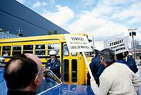 Des employes de Poste Canada tente d'empecher un autobus de briseurs de greve d'acceder au centre de traitement du courrier, sur la rue Ottawa, le 19 Octobre 1987<br /> <br />  - PHOTO D'ARCHIVE :  Agence Quebec Presse