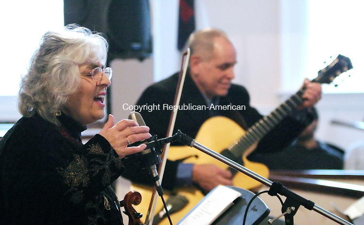WOODBURY, CT. 29 JANUARY 2006-012906BZ13-  Jazz violinist and vocalist Betty MacDonald sings as jazz guitarist Joe Beck accompanies during a performance at the First Congregational Church in Woodbury Sunday afternoon.<br />  Jamison C. Bazinet / Republican-American