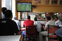 ATENCAO EDITOR: FOTO EMBARGADA PARA VEICULO INTERNACIONAL - SAO PAULO, SP, 12 DEZEMBRO 2012 - TORCIDA CORINTHIANS - A torcida corintiana se reúne nos bares do centro da cidade para assistir ao jogo do Corinthians pela semi-final contra o egipicio Al-Ahly, nessa quarta 12. (FOTO: LEVY RIBEIRO / BRAZIL PHOTO PRESS)