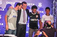 ATENCAO EDITOR FOTO EMBARGADA PARA VEICULO INTERNACIONAL - APRESENTACAO DE PATROCINADOR  CORINTHIANS -  E/D jogador Danilo, o Presidente do Corinthians, Mário Gobbi Filho, Romarinho e Zizao durante apresentacao na manha desta terça-feira no Museu do Futebol os novos uniformes que o Corinthians passará a usar a partir do jogo contra o Santos, neste sabado (24), no estadio do Pacaembu com novo patrocinador que fechou contrato ate dezembro de 2014, a Caixa Economica Federal estampara a camisa do Corinthians durante o Mundial de Clubes da FIFA, no Japao, em dezembro. FOTO: WILLIAM VOLCOV - BRAZIL PHOTO PRESS.