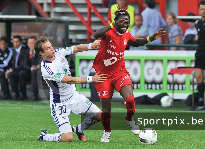 KV Kortrijk - RSC Anderlecht : Guillaume Gillet met de fout op Ernest Nfor.foto David Catry / VDB /
