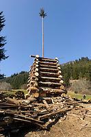 Aufbau eines Funken (Funkenfeuer) bei Ofterschwang im Allgäu, Bayern, Deutschland<br /> Preparing of a Funken (Fire) near Ofterschwang, Allgäu, Bavaria, Germany