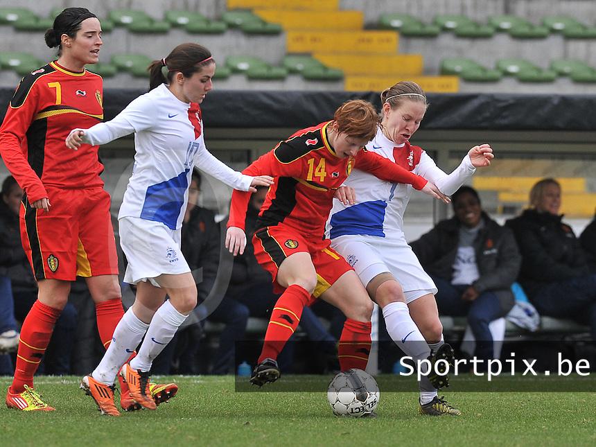 Belgium - The Netherlands : duel tussen Lien Mermans en Silvia Smit (rechts) onder toekijkende Danielle van de Donk  en Cecile De Gernier.foto DAVID CATRY / Vrouwenteam.be