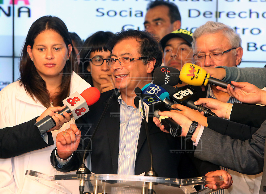 BOGOTÁ -COLOMBIA. 23-04-2014. El restituido alcalde Mayor de Bogotá, Gustavo Petro, se dirigió a los medios de comunicación en rueda de prensa hoy 23 de abril de 2014, en el Palacio de Liévano. Petro había sido retirado de su cargo tras una investigación de la Procuraduría General de la Nacion que también le impusó una inhabilidad para ejercer cargos públicos por 15 años. / The restituted mayor of Bogota, Gustavo Petro, spoke to the media in a press conference, today April 15 of 2014, at Lievano Palace. Petro had been removed from his post after an investigation of General National Attorney that also imposed a disability for 15 years to hold public office. Photo: VizzorImage/ Ignacio Prieto / Alcaldia de Bogotá HANDOUT PICTURE; MANDATORY USE EDITORIAL ONLY