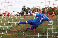 goal, Tor zum 2:0 für Nick Hoelzel (SKV Büttelborn) bei der Wiederholung des Elfmeters gegen Torwart Thomas Wolf (Hoechst) - Büttelborn 31.10.2017: SKV Büttelborn vs. TSV Höchst