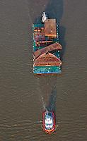 Schlepper ziehen ein Ponton der Firma Hochtief: EUROPA, DEUTSCHLAND, HAMBURG, SCHLESWIG-HOLSTEIN, NIEDERSACHSEN (EUROPE, GERMANY), 28.12.2012  Ein Ponton der Firma Hochtief mit dem Namen Wismar beladen mit Schiffsteilen im Rohbau. Der Ponton oder Schute wird von zwei Schleppern auf der Elbe gezogen und geschoben.