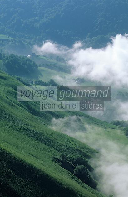 Europe/France/Aquitaine/64/Pyrénées-Atlantiques/Plateau d'Iraty: Brume sur la vallée de Larrau depuis le plateau