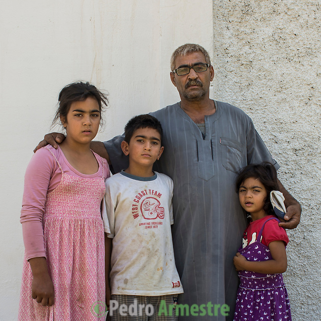 13 septiembre 2015. Nador. Marruecos.<br /> Mohammed posa con sus tres hijos (Rasia, Yaser y Chams) de 11, 10 y 9 años en Nador (Marruecos). Esta familia siria espera en esta ciudad fronteriza la oportunidad para cruzar a Melilla. La madre, Fátima, ya está en la ciudad autónoma. Han ido pasando de manera escalonada y previo pago a las mafias que operan en Marruecos. Hace dos años que salieron de Latakia (Siria) y quieren llegar a Bélgica. La ONG Save the Children exige al Gobierno español que tome un papel activo en la crisis de refugiados y facilite el acceso de estas familias a través de la expedición de visados humanitarios en el consulado español de Nador. Save the Children ha comprobado además cómo muchas de estas familias se han visto forzadas a separarse porque, en el momento del cierre de la frontera, unos miembros se han quedado en un lado o en el otro. Para poder cruzar el control, las mafias se aprovechan de la desesperación de los sirios y les ofrecen pasaportes marroquíes al precio de 1.000 euros. Diversas familias han explicado a Save the Children cómo están endeudadas y han tenido que elegir quién pasa primero de sus miembros a Melilla, dejando a otros en Nador.  © Save the Children Handout/PEDRO ARMESTRE - No ventas -No Archivos - Uso editorial solamente - Uso libre solamente para 14 días después de liberación. Foto proporcionada por SAVE THE CHILDREN, uso solamente para ilustrar noticias o comentarios sobre los hechos o eventos representados en esta imagen.<br /> Save the Children Handout/ PEDRO ARMESTRE - No sales - No Archives - Editorial Use Only - Free use only for 14 days after release. Photo provided by SAVE THE CHILDREN, distributed handout photo to be used only to illustrate news reporting or commentary on the facts or events depicted in this image.