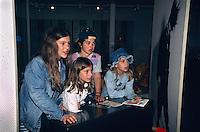 Schüler beim interaktiven Museumsbesuch im Museum Verkehrshaus in Luzern. Schweiz