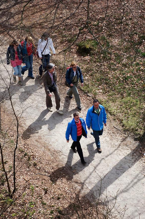 Nederland, Doorn, 9 april 2007.Wandelaars in de Kaapse Bossen bij Doorn..Gefotografeerd van bovenaf, van uitkijktoren in het bos. .recreatie.Foto (c) Michiel Wijnbergh