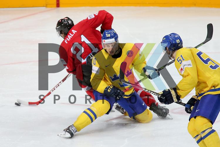 Schwedens Lindstrom, Joakim (Nr.10) im Zweikampf mit Schweizs Fiala, Kevin (Nr.21)  im Spiel IIHF WC15 Schweiz vs. Schweden.<br /> <br /> Foto &copy; P-I-X.org *** Foto ist honorarpflichtig! *** Auf Anfrage in hoeherer Qualitaet/Aufloesung. Belegexemplar erbeten. Veroeffentlichung ausschliesslich fuer journalistisch-publizistische Zwecke. For editorial use only.