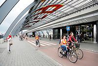 Nederland Amsterdam  2017 -   Toeristen met fluoriserende hesjes fietsen achter Centraal Station.   Foto Berlinda van Dam / Hollandse Hoogte