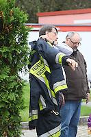 Bürgermeister und Dienstherr Manfred Ockel zieht sich die Jacke der Einsatzabteilung an