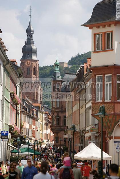 Europe/Allemagne/Bade-Würrtemberg/Heidelberg: la rue principale Hauptstrasse, ses facades baroques et clocher de l'église du Saint Esprit - Heiliggeistkirche