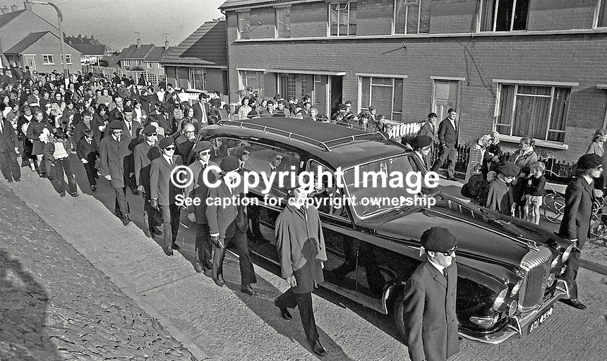 IRA-style funeral of Martin Forsythe, who was shot dead by RUC while planting bomb at the Celebrity Club, Belfast, N Ireland, during the Troubles. 452/71, 197110240452b<br />