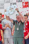 12.05.2018, Allianz Arena, Muenchen, GER, 1.FBL,  FC Bayern Muenchen vs. VfB Stuttgart, im Bild Jupp Heynckes (Cheftrainer FCB) mit der Meisterschale<br /> <br />  Foto &copy; nordphoto / Straubmeier