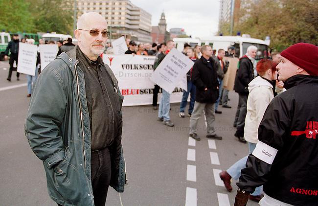 Etwa 1.200 Neonazis und Skinheads versammelten sich in Berlin zu einer Demonstration unter dem Motto: &quot;Meinungsfreiheit statt Verbote&quot;. Aufgerufen hatte eine sogenannte &quot;Kameradschaft Germania Berlin&quot;.<br /> Hier: Der Rechtsanwalt und ehemalige RAF-Terrorist Horst Mahler.<br /> 4.11.2000, Berlin<br /> Copyright: Christian-Ditsch.de<br /> [Inhaltsveraendernde Manipulation des Fotos nur nach ausdruecklicher Genehmigung des Fotografen. Vereinbarungen ueber Abtretung von Persoenlichkeitsrechten/Model Release der abgebildeten Person/Personen liegen nicht vor. NO MODEL RELEASE! Nur fuer Redaktionelle Zwecke. Don't publish without copyright Christian-Ditsch.de, Veroeffentlichung nur mit Fotografennennung, sowie gegen Honorar, MwSt. und Beleg. Konto: I N G - D i B a, IBAN DE58500105175400192269, BIC INGDDEFFXXX, Kontakt: post@christian-ditsch.de<br /> Bei der Bearbeitung der Dateiinformationen darf die Urheberkennzeichnung in den EXIF- und  IPTC-Daten nicht entfernt werden, diese sind in digitalen Medien nach &sect;95c UrhG rechtlich gesch&uuml;tzt. Der Urhebervermerk wird gemaess &sect;13 UrhG verlangt.]