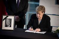 Bundeskanzlerin Angela Merkel (CDU) tr&auml;gt sich am Mittwoch (11.11.15) in Berlin im Bundeskanzleramt in ein Kondulenzbuch f&uuml;r den verstorbenen Bundeskanzler Helmut Schmidt (SPD) ein.<br /> Foto: Axel Schmidt/CommonLens