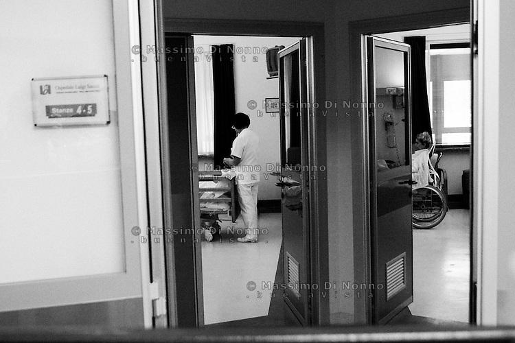 Milano: reparto di malattie infettive dell'ospedale Sacco.<br /> Un'infermiera presta le cure ad un paziente ricoverato nel reparto.<br /> <br /> Milan: Department of Infectious Diseases Sacco Hospital.