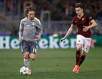 Calcio, andata degli ottavi di finale di Champions League: Roma vs Real Madrid. Roma, stadio Olimpico, 17 febbraio 2016.<br /> Real Madrid's Luka Modric, left, is challenged by Roma's Stephan El Shaarawy during the first leg round of 16 Champions League football match between Roma and Real Madrid, at Rome's Olympic stadium, 17 February 2016.<br /> UPDATE IMAGES PRESS/Isabella Bonotto
