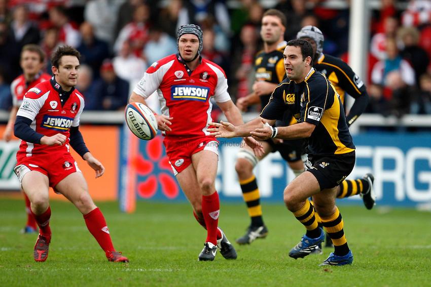 Photo: Richard Lane/Richard Lane Photography. Gloucester Rugby v London Wasps. Anglo Welsh EDF Energy Cup. 04/10/2008. Wasps' Jeremy Staunton passes.