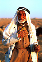 Syria, El Haseke, Sept. 1989..Old nomad in the far North East of Syria...Oude nomaad in het verre Noord-Oosten van Syrie...Photo  Kees Metselaar