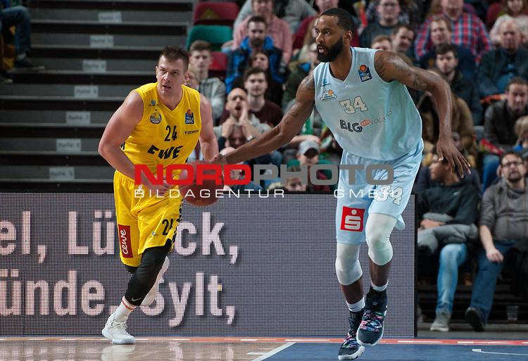 10.02.2019, &Ouml;VB Arena, Bremen, GER, easy Credit-BBL, Eisb&auml;ren Bremerhaven vs EWE Baskets Oldenburg, im Bild<br /> den Ball in der Hand..<br /> Keith BENSON ( Eisb&auml;ren Bremerhaven #34 )<br /> Rasid MAHALBASIC (EWE Baskets Oldenburg #24 )<br /> Foto &copy; nordphoto / Rojahn