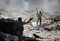 Free Syria Army soldiers move into position in an attempt to destroy one of the two Assad regime tanks on the frontline of the al-Qoob district of Aleppo...© Javier Manzano