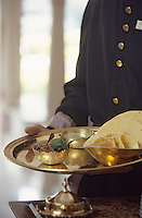 Asie/Inde/Rajasthan/Udaipur : Hôtel Taj Lake Palace sur le lac Pichola - Service au restaurant du Thali et popadum