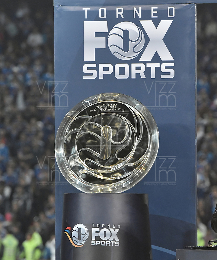 BOGOTA - COLOMBIA, 20-01-2019: El trofeo de campeón es visto durante el encuentro entre Independiente Santa Fe y Millonarios por la final del Torneo Fox Sports 2019 jugado en el estadio Nemesio Camacho El Campin de la ciudad de Bogotá. / The champion trophy is seen during match between Independiente Santa Fe and Millonarios for the final of Fox Sports Tournament 2019 played at Nemesio Camacho El Campin Stadium in Bogota city. Photo: VizzorImage / Gabriel Aponte / Staff.