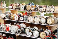 Verzameleing oude wekkers te koop op een markt in Schiedam
