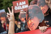 """Kundgebung vor der tuerkischen Botschaft in Berlin fuer die Freilassung inhaftierter Menschenrechtlsaktivisten.<br /> Die tuerkische Menschenrechtsaktivistin Mitbegruenderin der tuerkischen Sektion von Amnesty International Oezlem Dalkiran und wurde zusammen mit dem deutschen Peter Steudtner und acht weiteren Menschenrechtsaktivisten am 5. Juli 2017 in Istanbul festgenommen. Seitdem sitzen die zehn Buergerrechtler wegen """"Unterstuetzung einer Terrororganisation"""" in Untersuchungshaft. Was fuer eine Organisation dies sein soll wird nicht bekannt gegeben.<br /> Die Kundgebungsteilnehmer vor der tuerkischen Botschaft forderten die Freilassung von Oezlem Dalkiran und den anderen Menschenrechtsaktivisten.<br /> 25.7.2017, Berlin<br /> Copyright: Christian-Ditsch.de<br /> [Inhaltsveraendernde Manipulation des Fotos nur nach ausdruecklicher Genehmigung des Fotografen. Vereinbarungen ueber Abtretung von Persoenlichkeitsrechten/Model Release der abgebildeten Person/Personen liegen nicht vor. NO MODEL RELEASE! Nur fuer Redaktionelle Zwecke. Don't publish without copyright Christian-Ditsch.de, Veroeffentlichung nur mit Fotografennennung, sowie gegen Honorar, MwSt. und Beleg. Konto: I N G - D i B a, IBAN DE58500105175400192269, BIC INGDDEFFXXX, Kontakt: post@christian-ditsch.de<br /> Bei der Bearbeitung der Dateiinformationen darf die Urheberkennzeichnung in den EXIF- und  IPTC-Daten nicht entfernt werden, diese sind in digitalen Medien nach §95c UrhG rechtlich geschuetzt. Der Urhebervermerk wird gemaess §13 UrhG verlangt.]"""