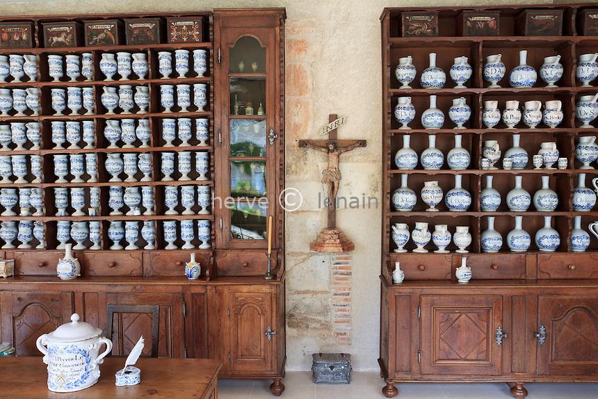 France, Indre (36), Issoudun, Le musée de l'Hospice Saint-Roch, apothicairerie et pots // France, Indre, Issoudun,  Museum of the Hospice Saint Roch, apothecary and jars.
