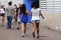 RIO DE JANEIRO, RJ, 03.11.2013 - FÃS/ SHOW JUSTIN BIEBER / RJ- Fãs chegando para assistir o show do cantor canadense Justin Bieber na Praça da Apoteose, na cidade do Rio de Janeiro (Foto: Marcelo Fonseca / Brazil Photo Press).