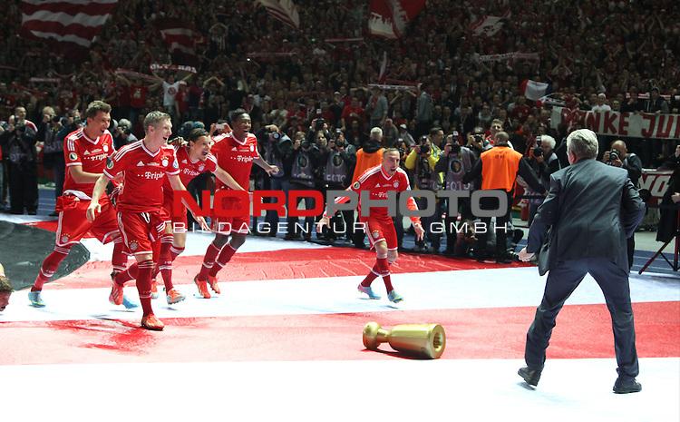01.06.2013, Olympiastadion, Berlin,<br /> GER, DFB-Pokal, 1.FC Bayern M&uuml;nchen, VfB Stuttgart<br /> im Bild der Pokalsieger feiert, Cheftrainer Jupp Heynckes (FC Bayern Muenchen), Bastian Schweinsteiger (FC Bayern Muenchen), Franck Ribery (FC Bayern Muenchen)<br /> <br /> <br /> <br /> Foto &copy; nph / Schulz