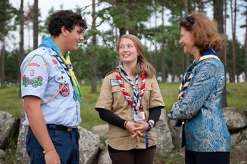 The Swedish Queen Silvia is visiting the camp, and is speaking with two young correspondents. Photo: Christoffer Munkestam/Scouterna