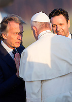 Il presidente di Alitalia Luca Cordero di Montezemolo, a sinistra, e l'amministratore delegato Cramer Ball accolgono Papa Francesco in occasione della sua partenza per Lesbo, all'aeroporto internazionale di Roma Fiumicino, 16 aprile 2016. Il Pontefice incontrerà' i profughi presenti nell'isola greca.<br /> Alitalia's chairman Luca Cordero di Montezemolo, left, and CEO Cramer Ball welcome Pope Francis as he arrives to board a plane to Lesbos, Greece, to visit refugees, at Rome's Fiumicino international airport, 16 April 2016.<br /> UPDATE IMAGES PRESS/Riccardo De Luca