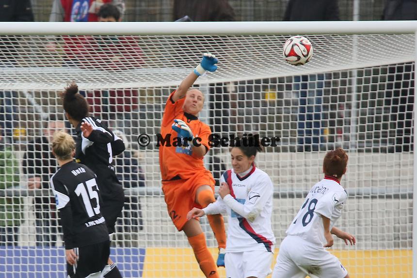 Faustabwehr Mimma Fazio (Torres) - 1. FFC Frankfurt vs. ASD Torres Femminile, UEFA Champions League Achtelfinal Hinspiel, Stadion am Brentanobad