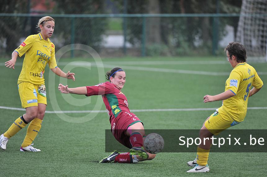 Dames Zulte Waregem - WB Sinaai Girls : Joke Verlinde met de tackle voor Stephanie Ehlen (links) en Dana De Boeck (rechts)<br /> foto David Catry / VDB