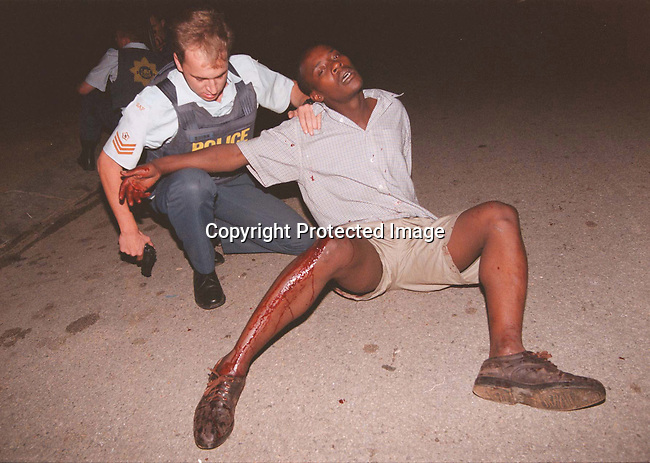 DIPOLIC00044.Police. Flying Squad officers arresting a man wounded in Alexandra, Johannesburg..© Per-Anders Pettersson/iAfrika Photos.SALES IN SA ONLY - NO OVERSEAS SALES!