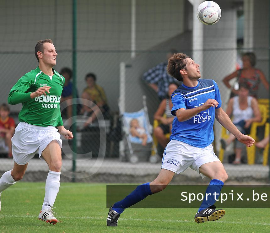 KSV De Ruiter - SV Voorde : Kevin Vynckier aan de bal voor Kenneth Asselman.foto VDB / Bart Vandenbroucke