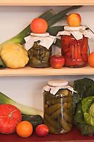 Europe/Voïvodie de Petite-Pologne/Cracovie: Détail bocaux de légumes  au restaurant: Polakowski